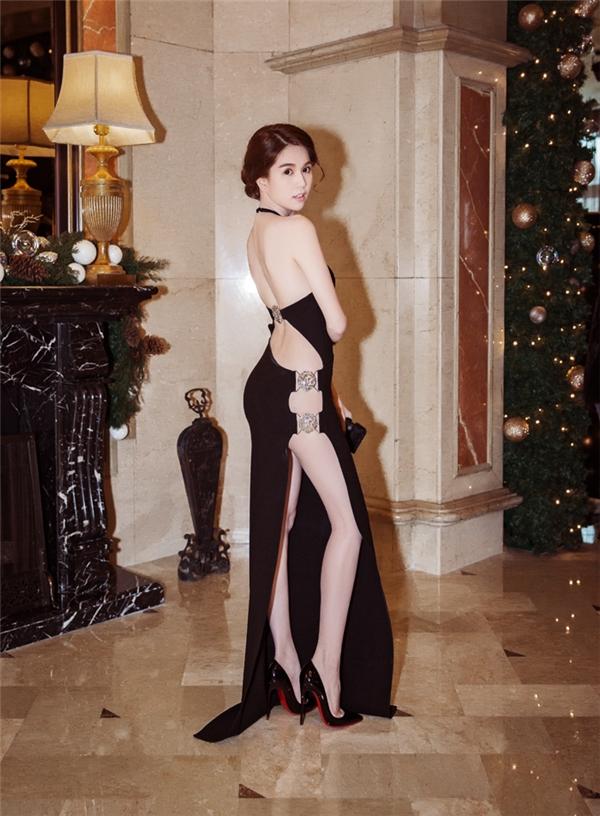 Bộ váy với những khoảng trống hờ hững của Ngọc Trinh thật sự khiến người đối diện không thể rời mắt. - Tin sao Viet - Tin tuc sao Viet - Scandal sao Viet - Tin tuc cua Sao - Tin cua Sao