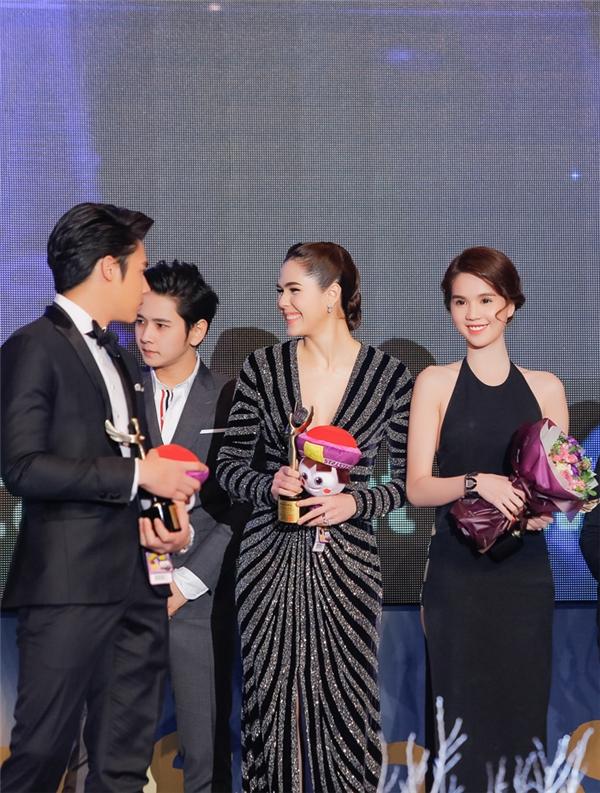 Lên nhận giải Ngôi sao trẻ châu Á cùng Ngọc Trinh có nữ diễn viên nổi tiếng Thái LanChompoo Arayavà nam diễn viên trẻ đang đượcyêu thích Prin Supara. - Tin sao Viet - Tin tuc sao Viet - Scandal sao Viet - Tin tuc cua Sao - Tin cua Sao