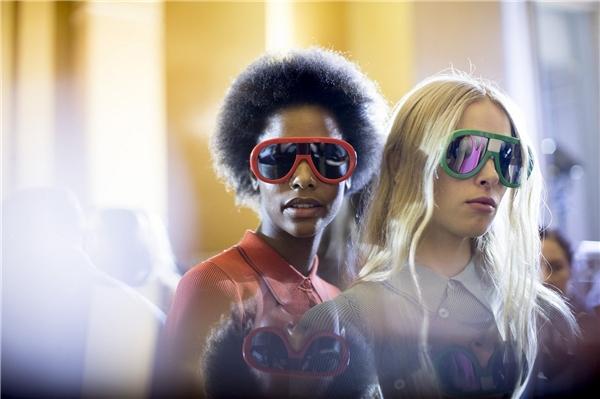 Kiểu kính mặt gương từng tạo nên cơn sốt trong năm 2015 sẽ tiếp tục thống trị làng mốt thế giới trong những ngày đầu năm2016 nhưng với thiết kế gọng nối bản to khá độc đáo. Tuy nhiên, những cô nàng có gương mặt nhỏ không nên diện kiểu kính này vì sẽ tạo cảm giác nặng nề.