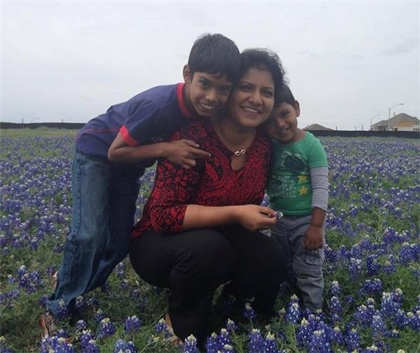 Reuben Paul chụp ảnh cùng mẹ và em trai. (Ảnh Internet)