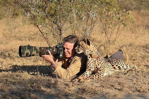 """""""Để anh dạy cho cách chụp hình nhé! Trước tiên phải nằm như thế này, sau đó đưa ống kính lên như thế này!..."""". (Ảnh:Boredpanda)"""