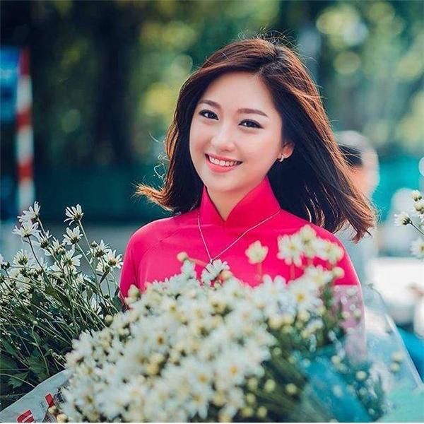 """Cô gái Hà thành đẹp """"hút hồn"""" bên những bó cúc họa mi đầu mùa. (Ảnh: Intasgram Juno)"""