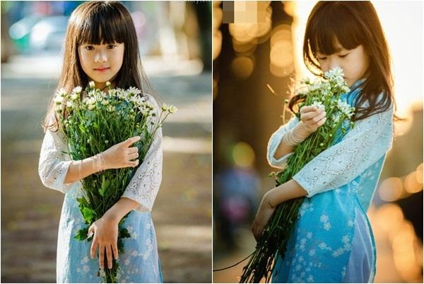 """BéGia Hânxinh xắn dịu dàng bên những bông hoa cúc trắng. Vẻ đẹp nao lòng người của cô bé 6 tuổi khiến bao người """"ngẩn ngơ"""" ngắm nhìn. (Ảnh: Internet)"""