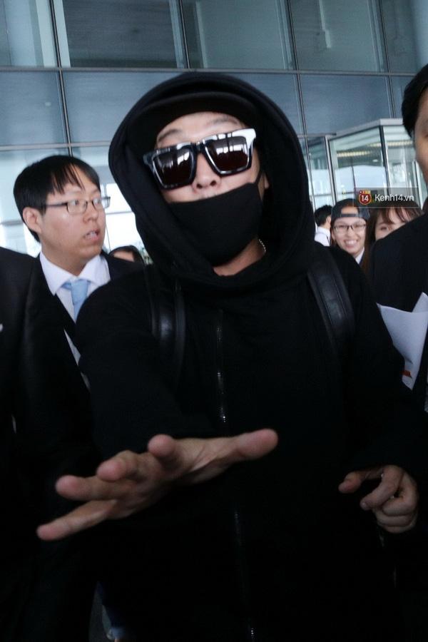 Sao đình đám của Running man Haha bịt kín mít tại sân bay Nội Bài