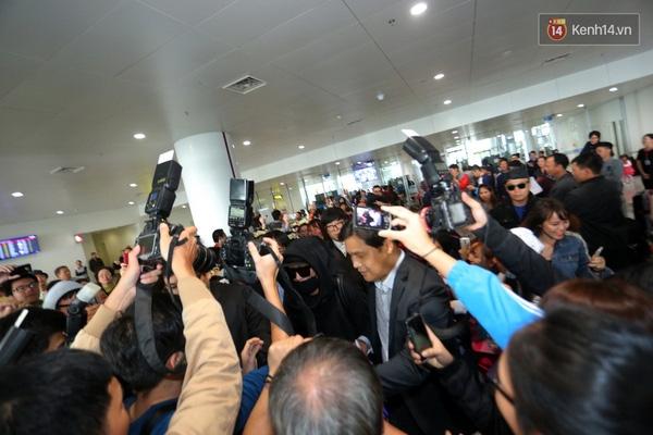 HaHa và Chung Jun Ha bị vây quanh bởi các fan và máy ảnh