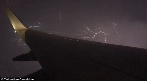 Những tia sét xuất hiện khi đi qua vùng bão. (Ảnh: Twitter)