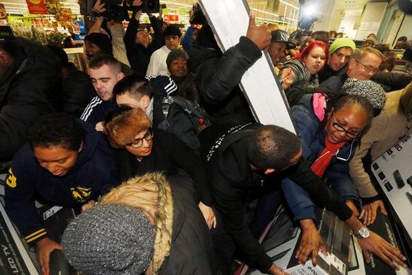 Những khách hàng như những con thiêu thân lao vào các siêu thị để giành bằng được những món hàng giảm giá nhân ngày Black Friday.
