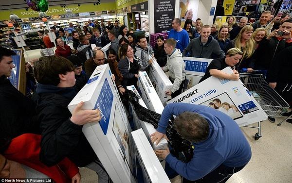 Những người mua sắm ở Bristol vật lộn để mua bằng được chiếc TV đã được giảm sốc tại cửa hàng Tesco ở Eastville, Anh. Họ giằng co tìm mọi cách để mang được món hàng giảm giá mà mình đã chọn.