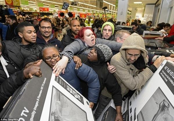 Đây là cảnh chen lấn kinh hoàng để tranh giành chiếc TV màn ảnh rộng tại các cửa hàng Asda ở Wembley, Anh.