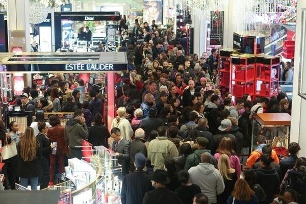 Phía bên trong siêu thị Macy's đông nghẹt người, không còn một chỗ kín khoảng 2 tiếng trước khi thời điểm giảm giá của ngày Black Friday bắt đầu.