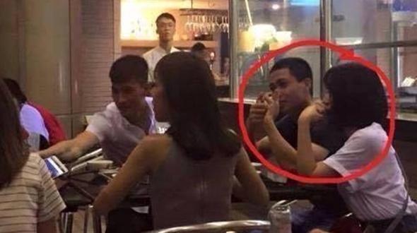 Khoảng thời gian chuẩn bị cho trận giao hữu với đội Man City người ta lại nhìn thấy Công Phượng - Hòa Minzy đi ăn cùng Công Vinh tại một nhà hàng tại Hà Nội.(Ảnh: Internet)