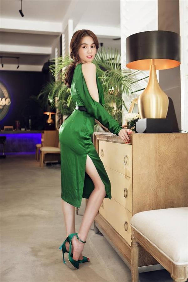 Bộ váy màu xanh ngọc này được Ngọc Trinh khá yêu thích. Đi kèm với thiết kế này là đôi giày có cùng tông màu của Dior với giá đắt đỏ.