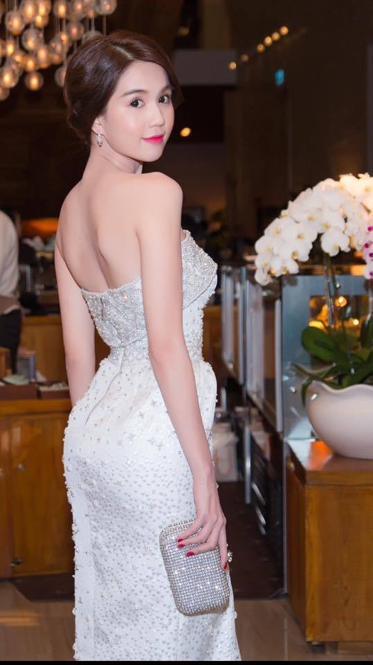 Bỏng mắt với những bộ váy cắt xẻ táo bạo của Ngọc Trinh