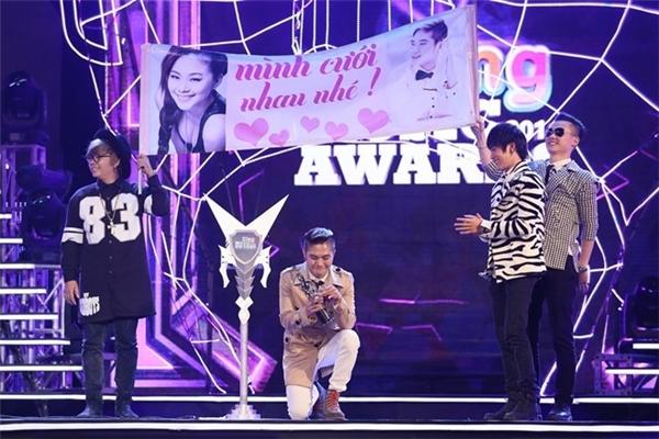 Khánh Đơn cầu hôn Lương Bích Hữu trên sân khấu Zing Music Awards diễn ra đầu năm nay. - Tin sao Viet - Tin tuc sao Viet - Scandal sao Viet - Tin tuc cua Sao - Tin cua Sao