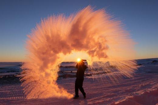 Đây là khoảnh khắc hắt nước sôi tạiNam Cực. (Ảnh: Internet)