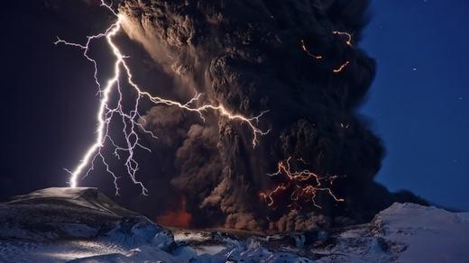 Hiện tượng sét trên miệng núi lửa hiếm gặp. (Ảnh: Internet)