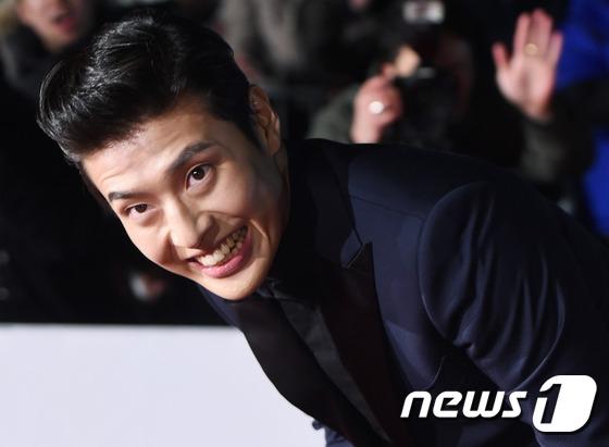 Sau thành công của Misaeng, Kang Ha Neul dành trọn năm 2015 để tập trung lấn sân sang màn ảnh rộng, và gây đượcchú ý vớivai diễn trong Twenty bên cạnh Kim Woo Bin.