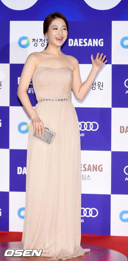 """Park Bo Young xuất hiện với nụ cười """"không thể rạng rỡ hơn"""", nhanh chóng trở thành tâm điểmđêm trao giải. Nhờ sự yêu mến của đông đảo khán giả, """"em gái quốc dân"""" cũng giành về giải thưởng Nghệ sĩđược yêu thích nhấtcùng Park Seo Joon và Lee Min Ho."""