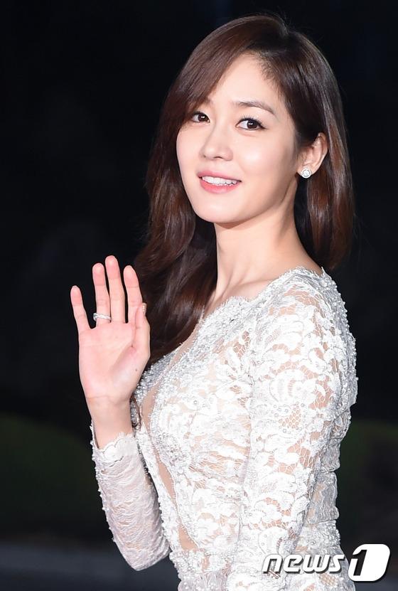 """Dù đã bước sang tuổi 30 và sắp sửa """"theo chồng về dinh"""" nhưng Sung Yuri vẫn vô cùng trẻ trung, xinh đẹp trên thảm đỏ khiến không ít đàn em ghen tị."""