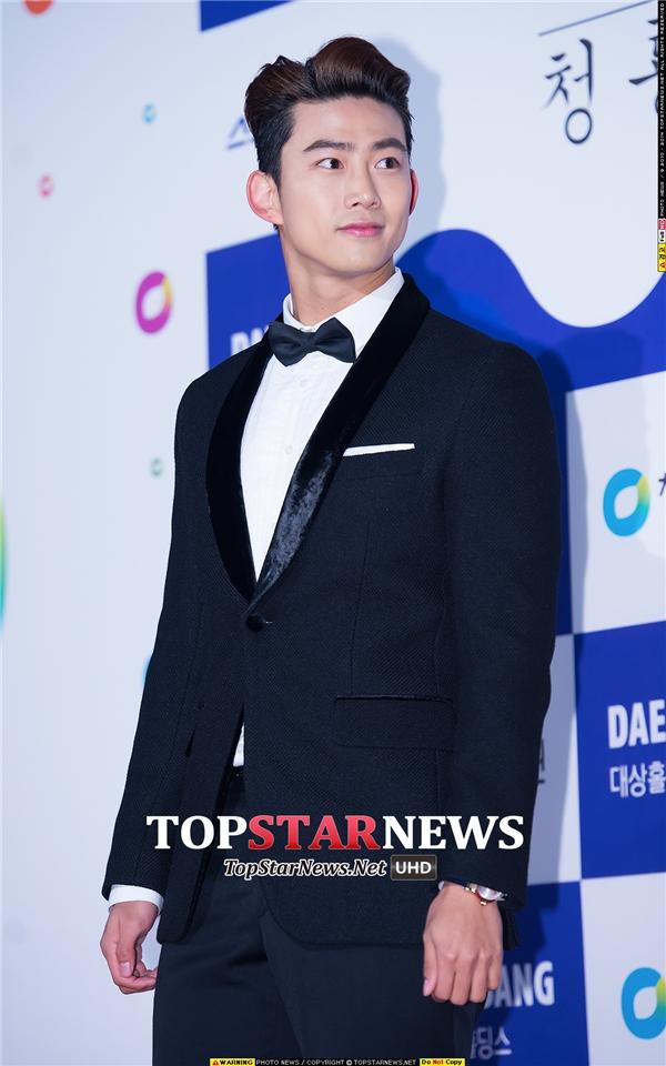 """Xuất hiện cực ngầu với """"siêu xe"""" sang trọng, Taecyeon (2PM) chiếm trọn trái tim fan nhờ vẻ ngoài điển trai, bảnh bao và cực nam tính."""