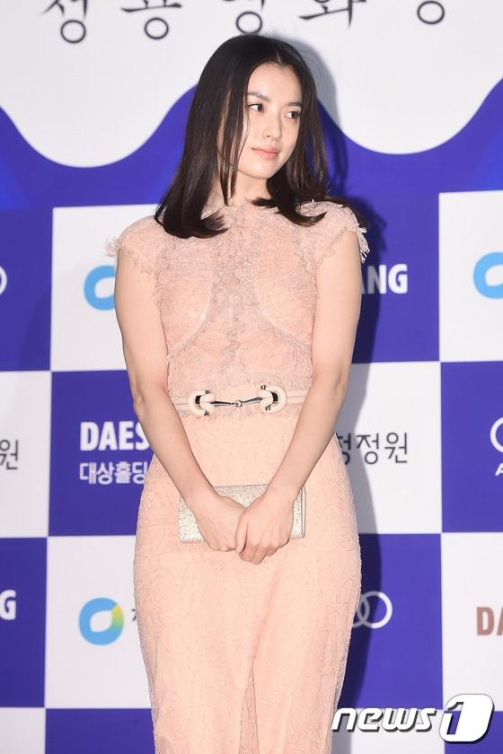 Han Hyo Joo tỏa sáng trên thảm đỏ dù gương mặt có phần kém sắc và nhợt nhạt. Cô được đề cử trong hạng mục Nữ diễn viên xuất sắc nhất cho vai diễn đầy tuyệt vờitrong The Beauty Inside.