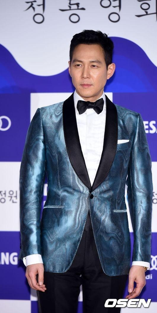 """Không có bạn diễn Jun Ji Hyun bên cạnh, nam diễn viên Lee Jung Jae """"lẻ bóng"""" đại diện đoàn làm phim The Assassination nhậngiải thưởng danh giá nhất Tác phẩm xuất sắc của lễ trao giải Rồng Xanh lần này."""