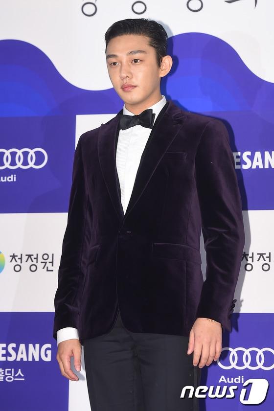 """Có thể nói 2015 chính là năm đại thành công của Yoo Ah In. Không chỉ vụt sáng trở thành tên tuổi hàng đầu, thu nhập cao nhất ngưỡng, anh còn nhận về danh hiệu Nam diễn viên chính xuất sắc nhất cho vai diễn trong dự án điện ảnh The Throne """"gây sốt"""" thời gian qua."""