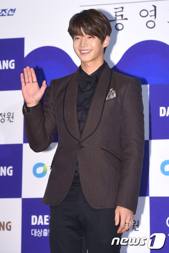"""Sau thời gian """"im hơi lặng tiếng"""", Song Jae Rim bất ngờ xuất hiện cực điển trai tại đêm trao giải."""