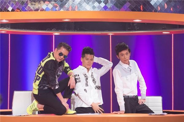 Cả ba giám khảo đã có màn xuất hiện dí dỏmvới kiểu tạo dáng như những người mẫu chuyên nghiệp. - Tin sao Viet - Tin tuc sao Viet - Scandal sao Viet - Tin tuc cua Sao - Tin cua Sao
