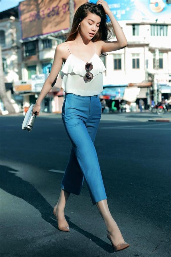 Chiếc quần culottes từng gây bão trong mùa mốt Xuân - Hè2015 và đến nayvẫn tiếp tục giữ được sức hút bởi vẻ ngoài thanh lịch, nhẹ nhàng.Diện kiểu quần này, Hồ Ngọc Hà khéo léo khoe vẻ gợi cảm trong chiếc áo hai dây trên nền chất liệu voan lụa mỏng. Sự kết hợp giữa hai tông màu xanh, trắng mang lại vẻ ngoài trẻ trung cho bà mẹ một con.