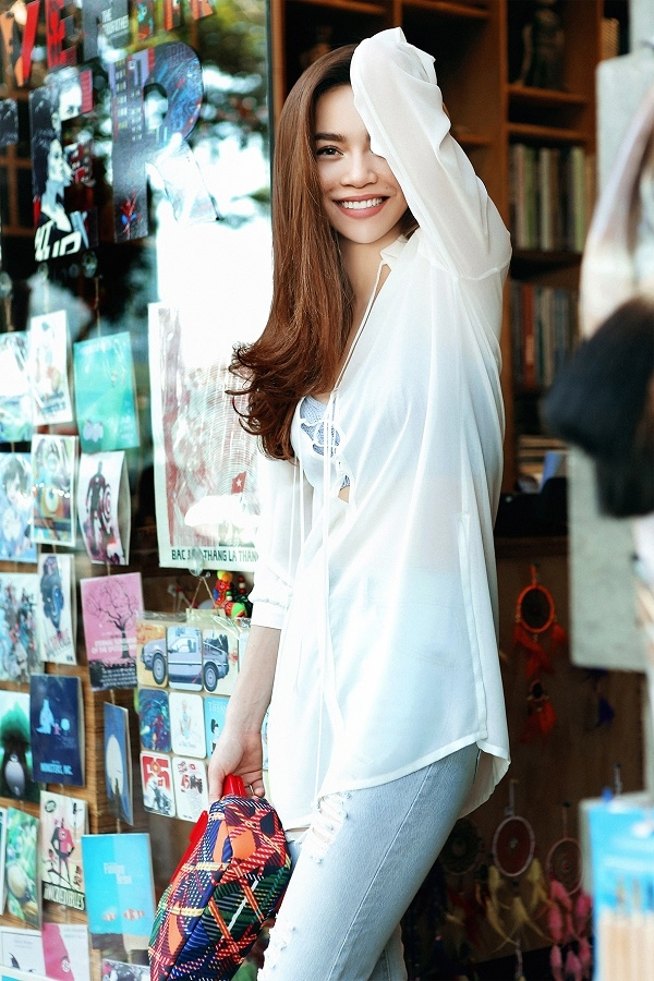 Đặc biệt, với chất liệu mỏng, chiếc áo được diện theo mốt khoe nội y cùng thiết kế bra đan móc.