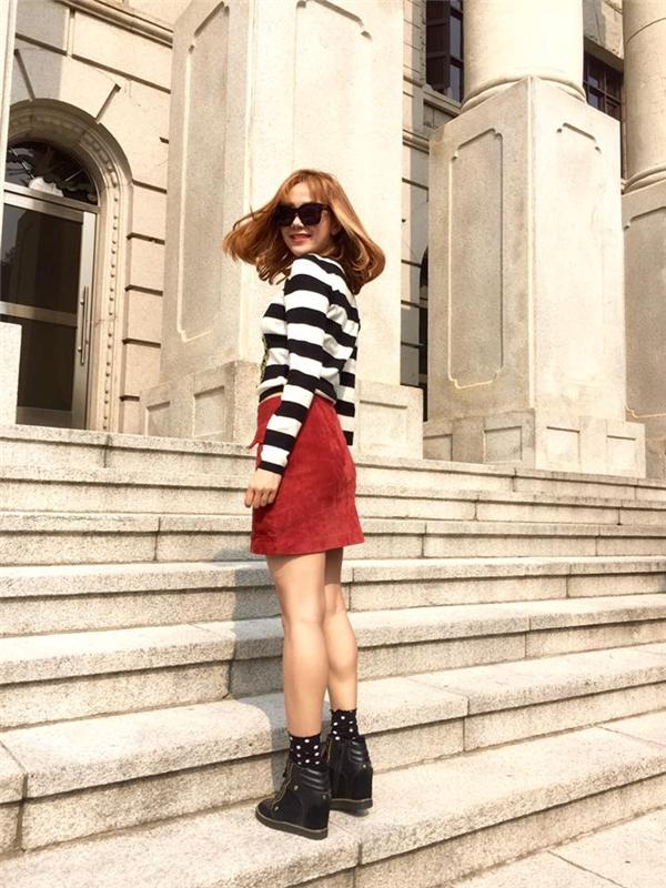 Trong tiết trời mùa đông của Hàn Quốc, nữ ca sĩ lại vô cùng táo bạo khi kết hợp chân váy ngắn cũn cùng áo phông tay dài kẻ sọc. Cô cũng thường ra phố với đôi giày thể thao tông đen cá tính giúp tăng thêm chiều cao.