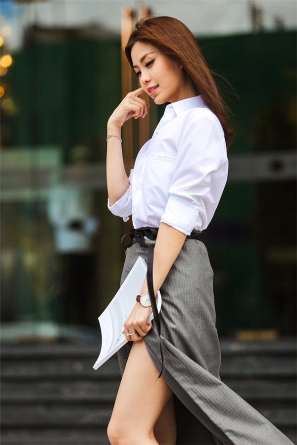 Á hậu Diễm Trangnền nã, hiện đại, gợi cảm với áo sơ mi trắng, chân váy xẻ tà sâu hút.