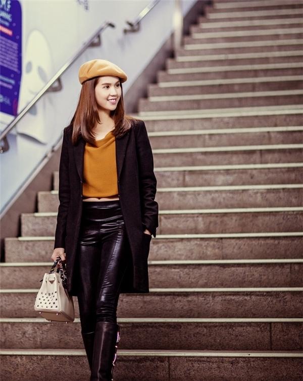Bộ trang phục mang đậm hơi thở thời trang Thu - Đông của Ngọc Trinh. Cô nàng tự tin khoe dáng nuột nà trên đường phố Hàn Quốc giữa ngày mùa đông lạnh giá.