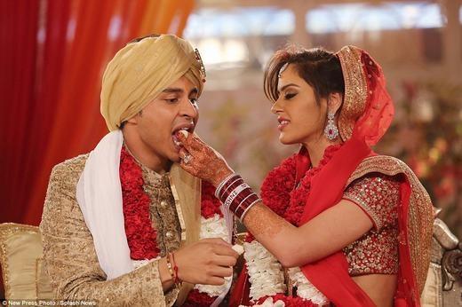 Cử chỉ tình cảm của cô dâu Roshni dành cho chồng mới cưới. (Ảnh: NPP)