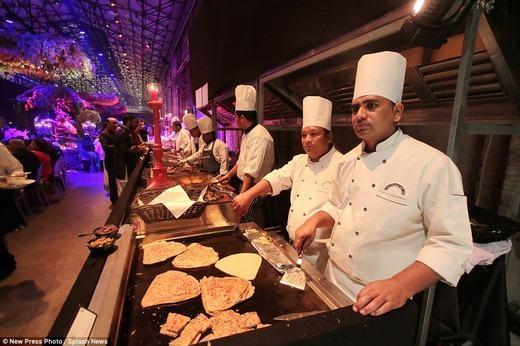Hàng chục đầu bếp đã sẵn sàng để làm các món ăn ngon nhất thế giới chiêu đãi khách trong 3 ngày. (Ảnh: NPP)