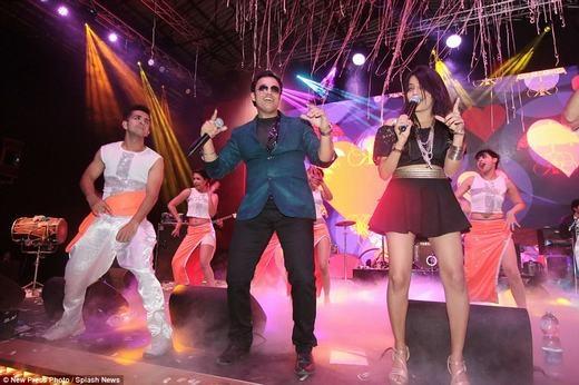 Các ca sĩ nổi tiếng cũng đã được mời về. Tất nhiên, quan kháchcũng có thể lên biểu diễn nếu muốn. (Ảnh: NPP)