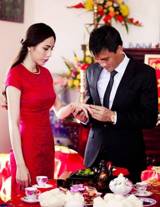Công Vinhđeo nhẫn đính hôn choThủy Tiêntrong ngày vui.(Ảnh:Internet)