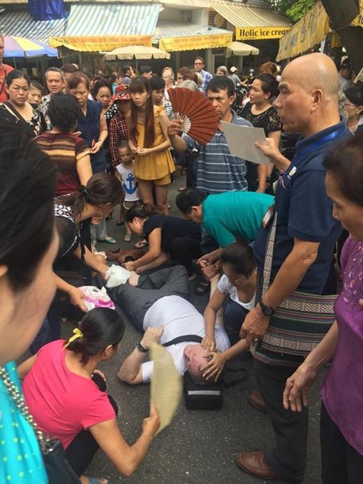 Người dân xung quanh nhìn thấy sự việc đã sơ cứu cho vị khách Tây này. Ảnh: Internet