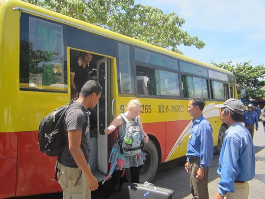 Khách nước ngoài đếnViệt Nam du lịch thường chọn các phương tiện như xe buýt, xe đò để di chuyển. Ảnh:Internet