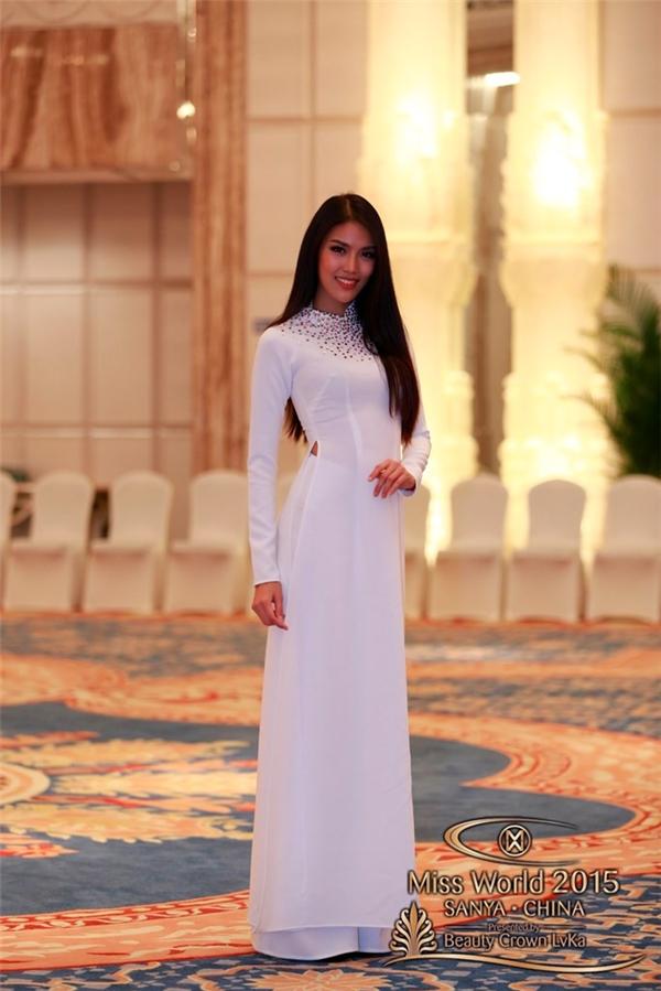 Đến với cuộc thi năm nay, Lan Khuê chọn diện bộ áo dài trắng đơn giản của nhà thiết kế Lý Quí Khánh. Trong phần thi tài năng và đồng diễn, cô sẽ diện áo tứ thân kết hợp nón quai thao mang đậm âm hưởng bắc bộ.
