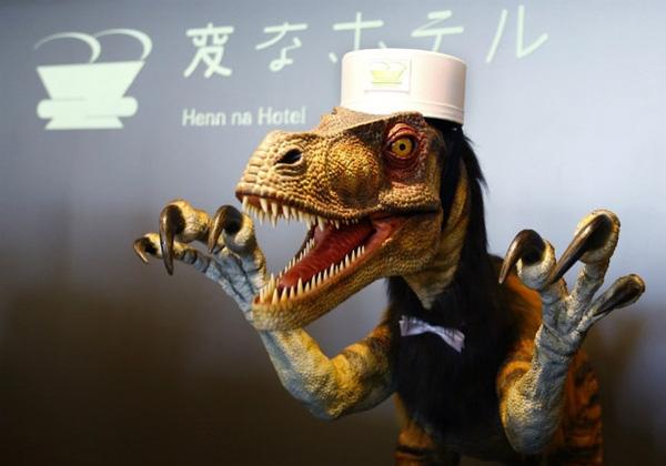 Đúng là chỉ có Nhật Bản mới có đủ sự sáng tạo để nghĩ ra kiểu lễ tân lạ lùng như thế này. Một chú khủng long trong tư thế sẵn sàng đón chào quý khách là điều không khó tìm thấy ở đất nước mặt trời mọc.