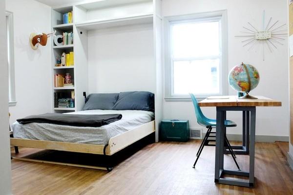Chiếc giường ngủ được tích hợp trong hệ lưu trữ âm tường là thiết kế rất đáng tham khảo cho những phòng ngủ nhỏ. Sau khi sử dụng xong, bạn chỉ cần vài thao tác là đã giấu gọn được chiếc giường vào tường, trả lại không gian thoáng đãng cho căn phòng.