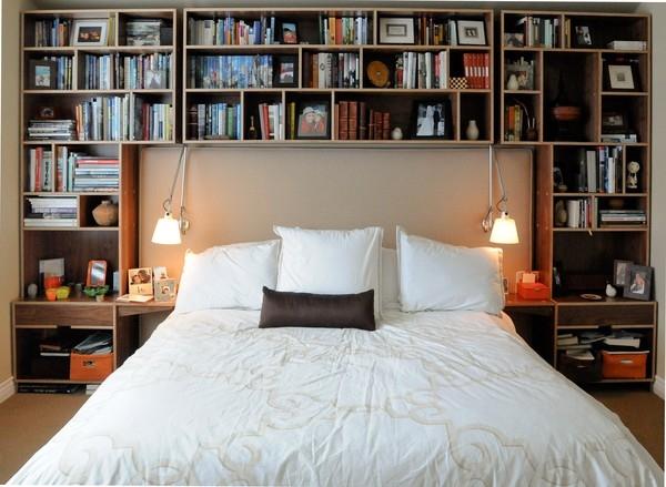 Hệ kệ lớn phủ kín một bức tường với nhiều ngăn nhỏ là cách để bạn tha hồ lưu trữ đồ dùng, sách vở, đồ trang trí mà không phòng ngủ trông vẫn gọn gàng, ngăn nắp.