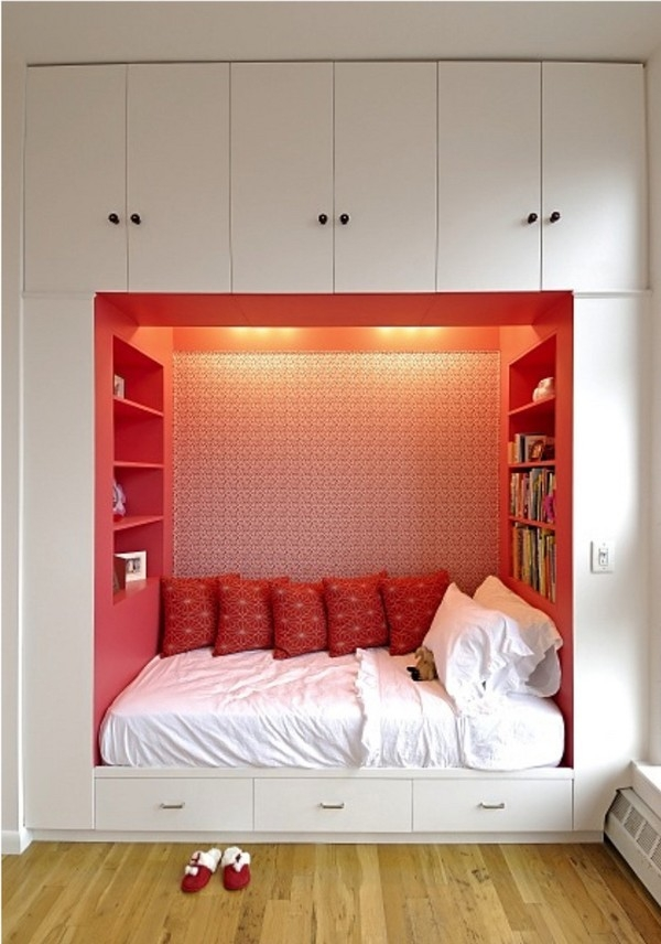 Cách có cách nào tiết kiệm không gian bằng việc kết hợp giường và tủ đồ - 2 món nội thất tốn diện tích nhất làm một. Trong trường hợp của phòng ngủ xinh xắn này, nhờ thiết kế thông minh này mà vẫn còn không gian để kê thêm bàn làm việc hoặc tập thể dục đấy.