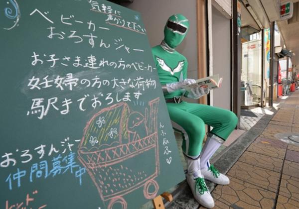 Là đất nước cuồng truyện tranh và hóa trang cosplay nên các du khách hoàn toàn có thể hiểu được nỗi vất vả của những anh chàng siêu nhân ra bán hàng ngoài đường.