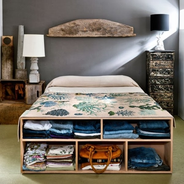 Giường ngủ là món nội thất tốn diện tích nhất của phòng ngủ, vậy tại sao bạn không tích hợp thêm những ngăn lưu trữ vào giường để giảm thiểu sự cồng kềnh cho phòng ngủ. Ví dụ như những lưu trữ quần áo vào những ngăn kéo dạng mở thế này...