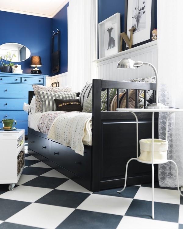 ... hoặc những ngăn kéo kín đáo như trong căn phòng này. Đơn giản hơn, bạn có thể lưu trữ đồ đạc bằng cách cất đồ vào những chiếc thùng, giỏ phù hợp rồi cất dưới gầm giường.