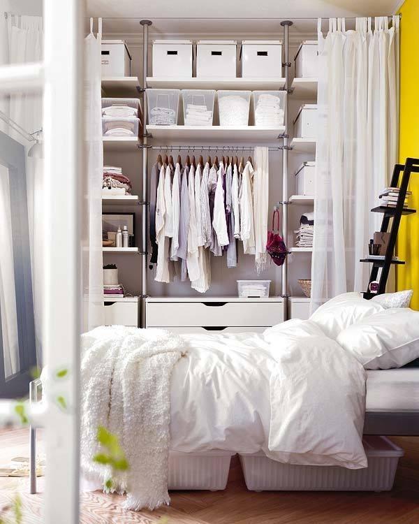 Một chiếc tủ thông thường sẽ khiến không gian phòng ngủ của bạn vô cùng bí bách bởi sự cồng kềnh của chất liệu gỗ. Vậy tại sao bạn không thử thay loại tủ truyền thống bằng tủ dạng mở với lớp ngăn là một tấm rèm như trường hợp của phòng ngủ này? Chắc chắn phòng ngủ của bạn trông thoáng mắt hơn nhiều đấy.