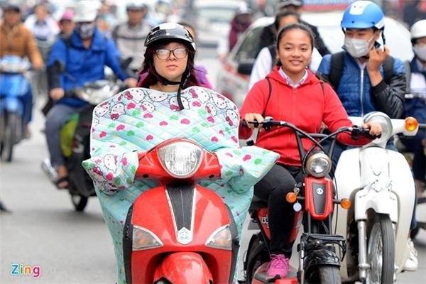 Sáng 28/11, nhiều người đi đường hiếu kỳ khi thấy các bạn trẻ mặc loại áo bao bọc người xuất hiện trên phố.